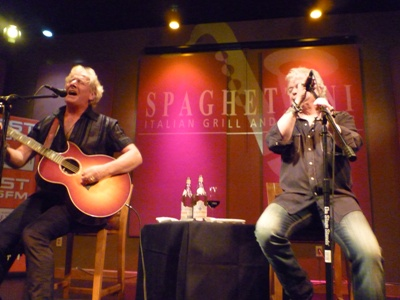 GRAHAM RUSSELL and RUSSELL HITCHCOCK performed an exclusive live acoustic set at Spaghettini Grill & Lounge on July 31. CREDIT: LYNN OLSON (lynnjazz.wordpress.com)